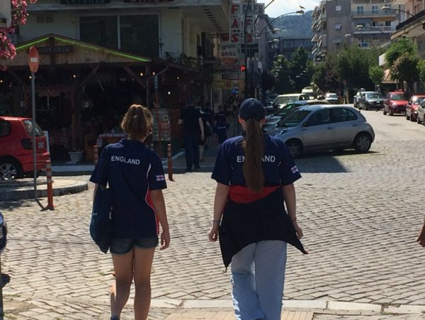 Zoe vs Marianne: Walking to the venue - friends before rivals